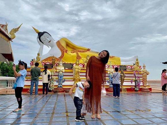 Hai mẹ con Ngọc Lan tham quan chùa vàng ở Chiangmai