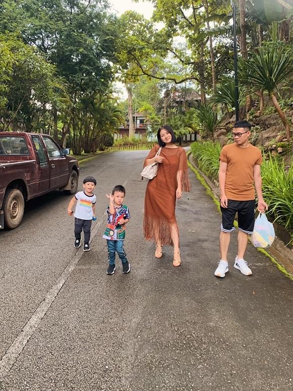 Đồng hành cùng chuyến đi với Ngọc Lan và con trai là một vài người bạn thân thiết