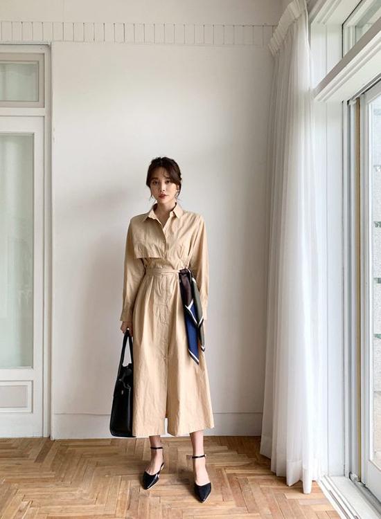 Công thức từ phép cộng giữa áo măng tô, đầm sơ mi đã cho ra mẫu đầm mùa thu vừa thanh lịch vừa hiện đại.