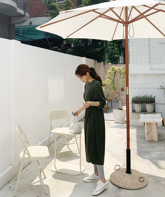 Mặc váy dáng dài cùng các kiểu quần legging đơn sắc là phong cách được nhiều tín đồ thời trang Hàn Quốc ưa chuộng. Các bạn gái ở khu vực phía Bắc có thể áp dụng cách mix đồ này để giúp mình sành điệu cùng xu hướng mới.