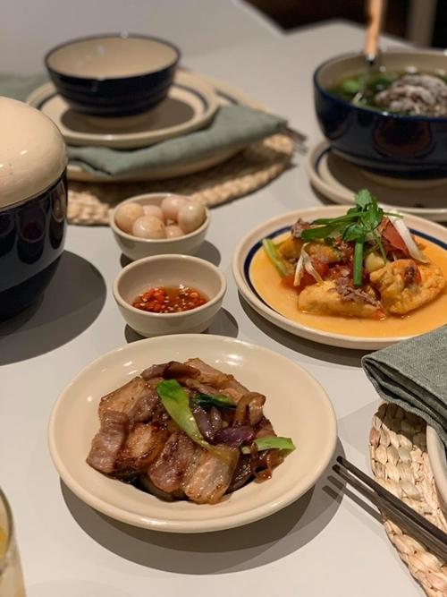 Thời gian rảnh, Dương Mỹ Linh hay vào bếp nấu những món Việt. Cô học được từ Hoa hậu Hà Kiều Anh cách nấu món phở mang phong vị Bắc, bún măng vịt và bánh đa cua.