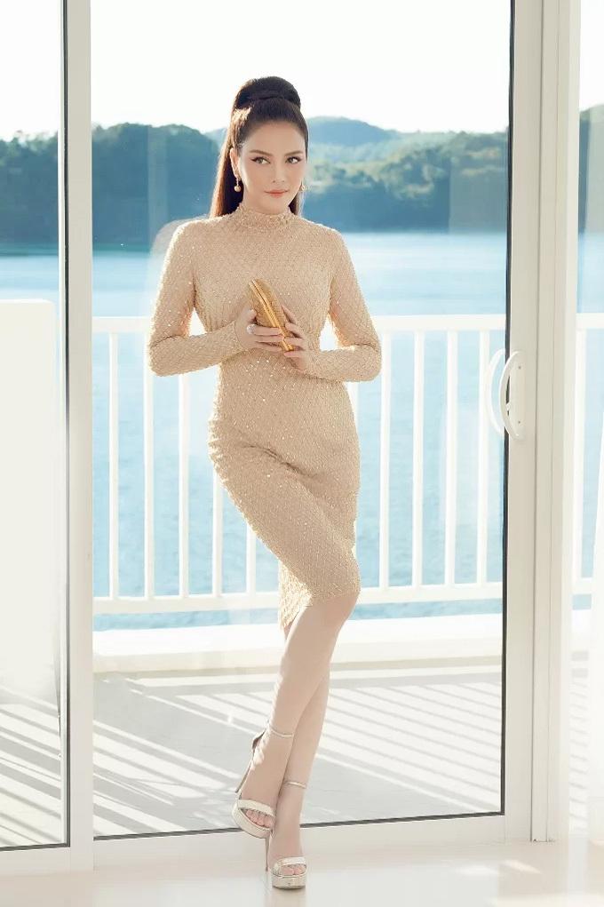 Nữ diễn viên quyến rũ nhưng không kém phần sang trọng trong bộ váy màu nude ôm sát khi dự đám cưới của cặp đôi tỷ phú Ấn Độ.