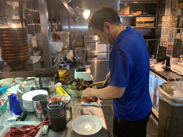 Nhà hàng mới mở mang tên Onisoba Fujiya Premium nằm trên tầng 3 của một tòa nhà ở Center Gai - phố mua sắm và ẩm thực ở khu Shibuya, là nơi bạn có thể dễ dàng thưởng thức món ăn này. Nhà hàng thuộc sở hữu của đầu bếp Taku-chan. Mặc dù nằm giữa con phố với nhiều tiệm mì ramen lớn nhỏ nhưng Onisoba Fujiya Premium vẫn có sức hút riêng với thực khách.