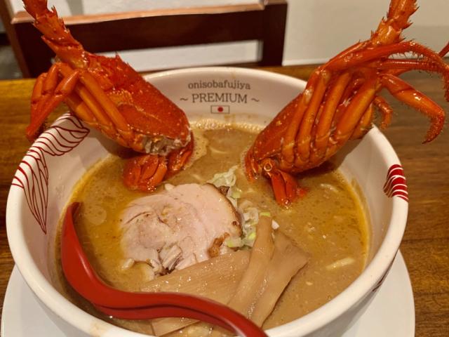 Mỗi bát mì ramen tôm hùm ghi điểm với thực khách ngay khi được bưng ra bàn. Chưa bàn đến hương vị, các thành phần cũng khiến người ăn thèm rớt nước miếng. Tôm được xào với bơ cho hương vị thêm béo ngậy. Đây cũng là cách khử mùi độc đáo của người Hokkaido, làm bát mì vừa thơm, vừa ngon. Thậm chí chủ tiệm Onisoba Fujiya Premium còn sử dụng hẳn bơ được nhập từ vùng Hokkaido.
