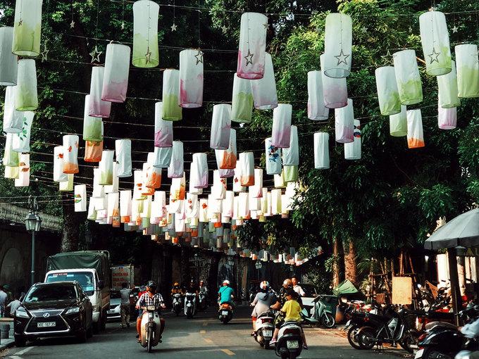 """Không chỉ Hàng Mã, năm nay phố Bích hoạ Phùng Hưng cũng được giăng đèn lồng, chuẩn bị đón Trung thu. """"Từ một tuần này, đèn lồng được treo lên, trải dài khoảng 300 mét ở phía cuối đường Phùng Hưng"""", Đức Nguyễn, ngụ tại Hà Nội, cho biết."""