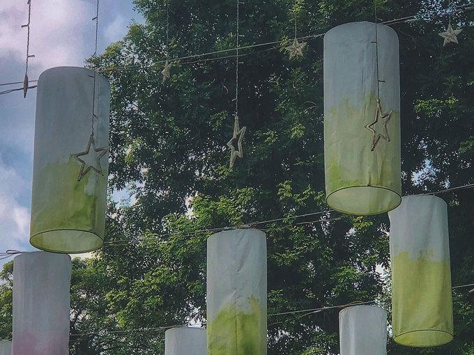 Khác những chiếc đèn lồng truyền thống thường thấy ở Hàng Mã, những chiếc đèn này được làm từ vải, hình trụ, màu sắc không quá rực rỡ.