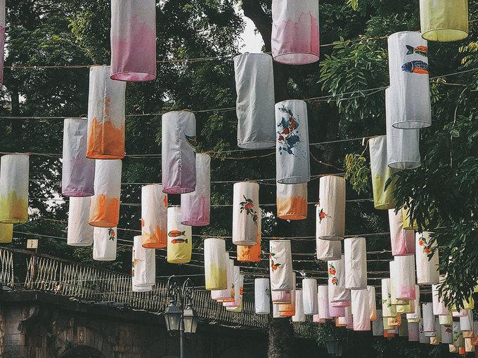 Những chiếc đèn lồng được trang trí bằng hoa văn truyền thống như hoa lá, trống, cá chép... Du khách có thể đến đây chụp hình cả sáng lẫn tối, mỗi thời điểm, con phố lại mang một vẻ khác nhau.