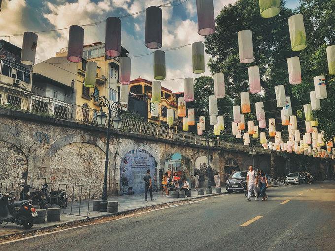 """Phố Bích hoạ Phùng Hưng được khai trương vào tết 2018. Đây là con phố đi bộ với 17 bức bích hoạ về Hà Nội xưa được thực hiện bởi các hoạ sĩ Việt Nam và Hàn Quốc. Nơi đây luôn đông đúc vào cuối tuần và các dịp lễ. Gần đó là """"xóm đường tàu"""" nổi tiếng với những quán cà phê nằm ngay cạnh đường ray xe lửa."""
