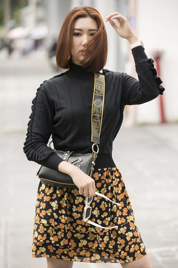 Thúy Ngân phối áo len và chân váy hoa của Kenzo cho diện mạo năng động. Cô luôn thử nghiệm nhiều phong cách thời trang khác nhau để mang đến hình ảnh mới mẻ trước công chúng.