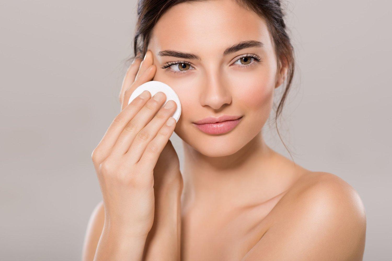 Tẩy trang là bước làm sạch giúp loại bỏ dầu thừa, bụi bẩn trên da trước khi dùng sữa rửa mặt.