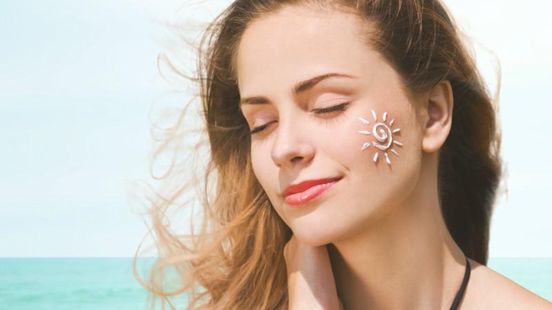 Thoa kem chống nắng trước khi ra khỏi nhà giúp bảo vệ da trước tác động của ánh nắng và các tia có hại từ mặt trời.