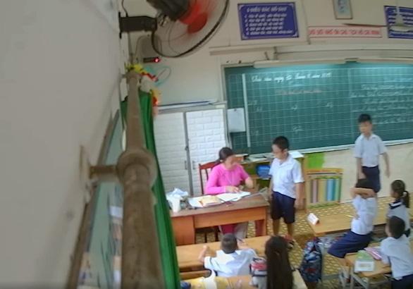 Gắn camera trong lớp của con, phụ huynh học sinh lớp 2/11 Trường tiểu học Phan Chu Trinh (Q.Tân Phú, TP.HCM) phát hiện con bị đánh, làm dấy lên cuộc tranh luận: có nên gắn camera trong lớp? - Ảnh cắt từ clip