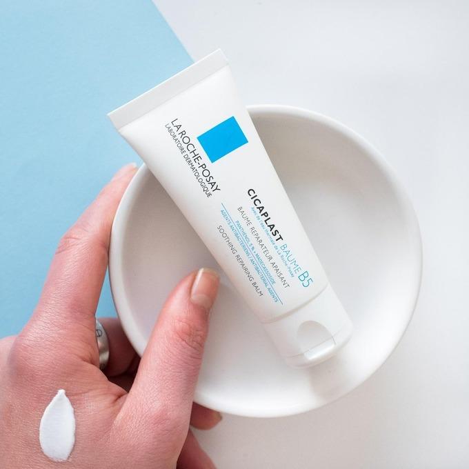 Cicaplast Baume B5 của La Roche Posay có thể sử dụng như kem dưỡng ẩm với khả năng làm mềm và dịu da rất tốt. Sản phẩm còn giúp giảm tình trạng ngứa, nổi mẩn do côn trùng cắn. Ngoài ra, Cicaplast Baume B5 cũng có khả năng làm giảm sưng tấy, mờ vết thâm mụn. Nhược điểm là chất kem đặc, hơi bí da, thích hợp sử dụng vào buổi tối. Giá tham khảo: 330.000 đồng (40 ml)