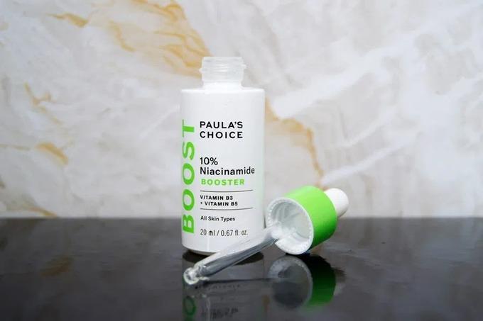 Serum Paula's Choice 10% Niacinamide Booster với thành phần chính là vitamin B3 và B5 có khả năng se khít lỗ chân lông, cải thiện sắc tố da. Tinh chất có kết cấu nhẹ, dạng lỏng trong suốt, không mùi dễ dàng thẩm thấu vào sâu trong da. Sản phẩm phù hợp cho nhiều đặc tính da. Giá tham khảo: 1.800.000 đồng (20 ml)