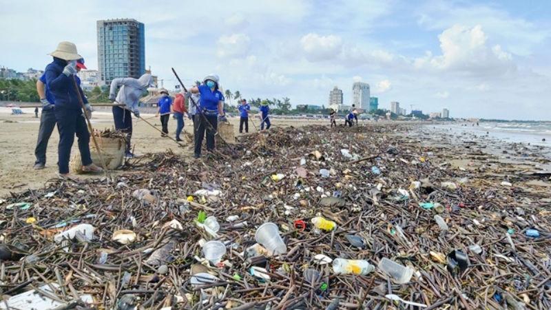 Một lượng rác khổng lồ, ước tính cả trăm tấn từ ngoài biển theo thủy triều đã trôi dạt vào Vũng Tàu.