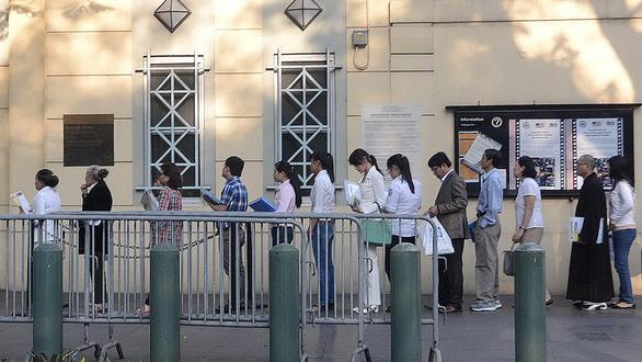 Người dân xếp hàng vào phỏng vấn xin visa tại Lãnh sự quán Mỹ ở TP.HCM - Ảnh: T.T.D.