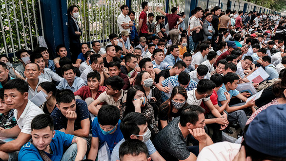 Hàng ngàn người xếp hàng chờ xin visa trước Đại sứ quán Hàn Quốc tại Hà Nội vào tháng 4-2019 - Ảnh: NAM TRẦN