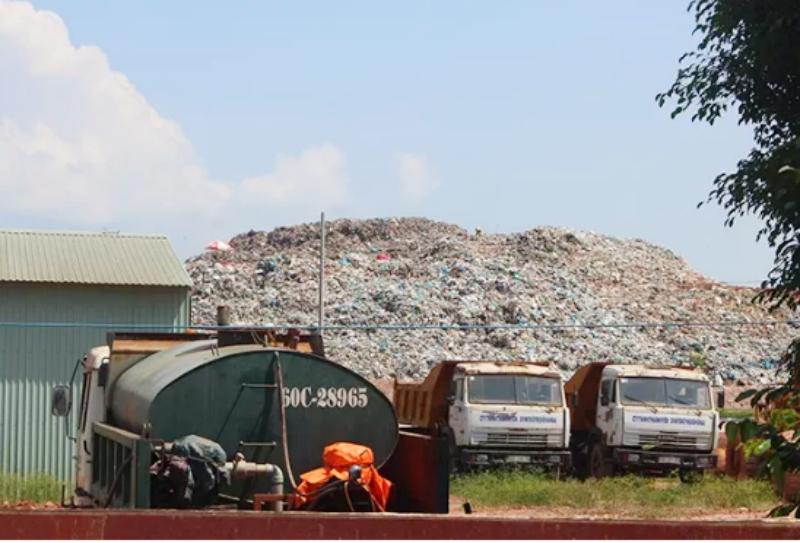 Rác thải sinh hoạt được để lộ thiên tại bãi của Công ty cổ phần Môi trường Sonadezi.
