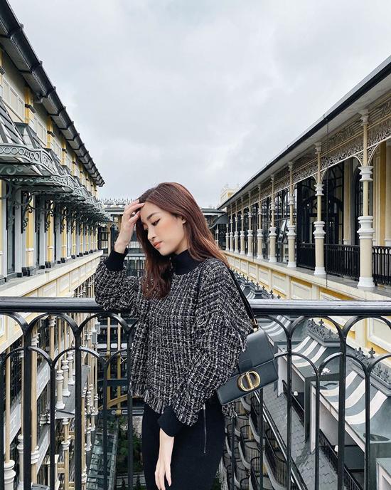 17. Sao Việt phối sắc đen cho street style