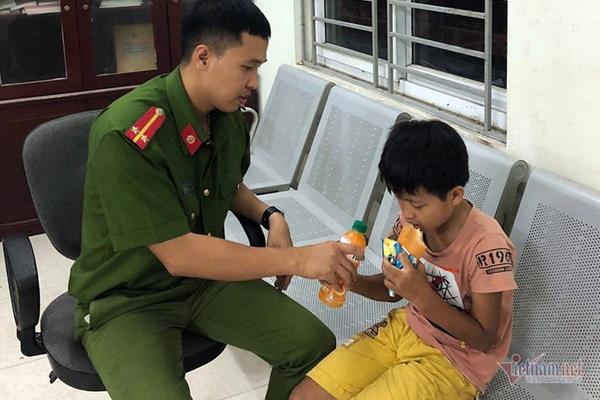 Trung úy Vũ Thế Tâm chăm sóc bé trai đi lạc