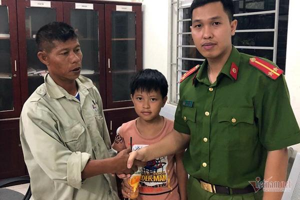 Công an xã Kim Chung bàn giao cháu bé cho anh Nguyễn Thiện Hiền