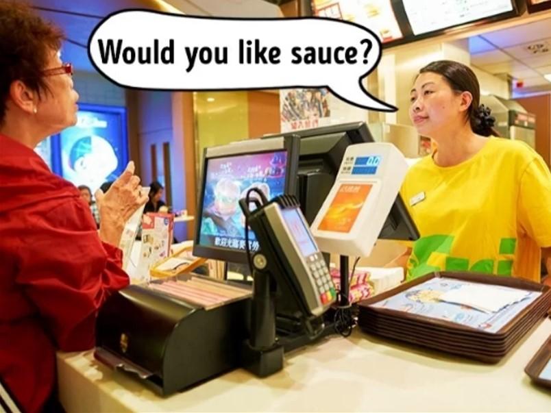"""Chiêu tăng 10% giá trị đơn hàng Mỗi người thường vô thức để cho bản thân tiêu quá 10% số tiền mà họ dự định ban đầu. Các nhà hàng rất biết tận dụng điều này. Họ chia nhỏ các thành phần của món ăn như nước sốt, salad đi kèm... hay các loại topping của trà sữa như trân châu, kem phô mai, thạch... và hỏi khách có muốn dùng thêm hay không. Phần lớn thực khách sẽ """"mắc bẫy"""" này mà đồng ý mua thêm vì tâm lý sợ món ăn chưa đủ ngon hoặc do nhân viên hỏi và bạn vô thức gật đầu, đến khi nhận ra thì đã quá muộn. Ngoài ra mức giá các thành phần phụ này khá rẻ nên họ thường quyết chi tiêu rất nhanh."""
