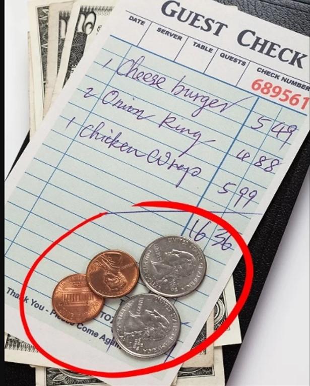 """Thủ thuật tiền lẻ Không phải tất cả các phục vụ bàn đều sử dụng chiêu này, tuy nhiên nó khá phổ biến. Đó là sau khi khách đưa tiền thanh toán, người phục vụ cố gắng đi thật lâu, để những thực khách gấp gáp sẽ bỏ qua tiền thừa. Hoặc họ cũng dùng cách trả lại bằng những tờ tiền có """"ngoại hình"""" xấu xí để bạn nhanh chóng bỏ qua, không muốn nhận lại số tiền thừa này."""