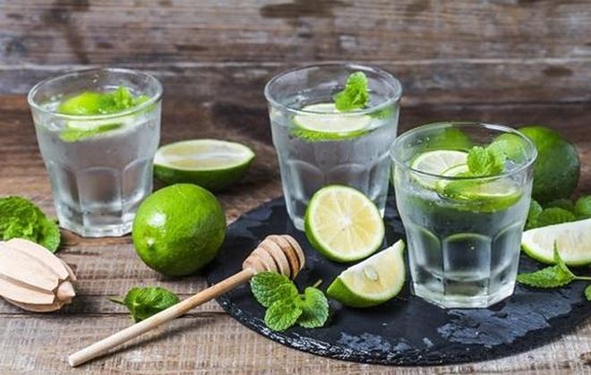 Nước chanh Chuyên gia dinh dưỡng, Tiến sĩ Rupali Datta khuyên rằng, bạn nên pha nước chanh cùng một nhúm muối nhỏ để giúp cơ thể giữ nước và hấp thụ được nhiều vitamin C nhất.