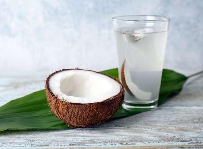 Nước dừa Nước dừa ít calo, giàu kali, là thức uống bù điện giải rất tốt cho cơ thể. Nước dừa cung cấp nguồn năng lượng tự nhiên cho cơ thể, tốt hơncác thức uống tăng lực bán sẵn.
