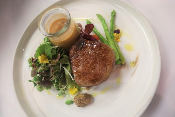 200 gr USDA beef tenderloin, mustard sauce
