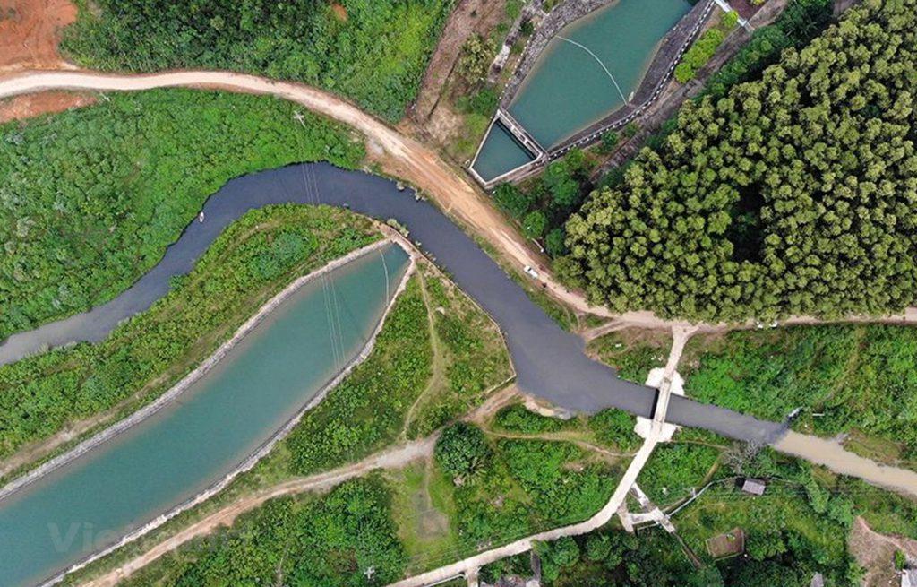 Nguồn nước dẫn vào nhà máy nước sông Đà chia làm hai màu rõ rệt sau sự cố ô nhiễm. (Ảnh: PV/Vietnam+)