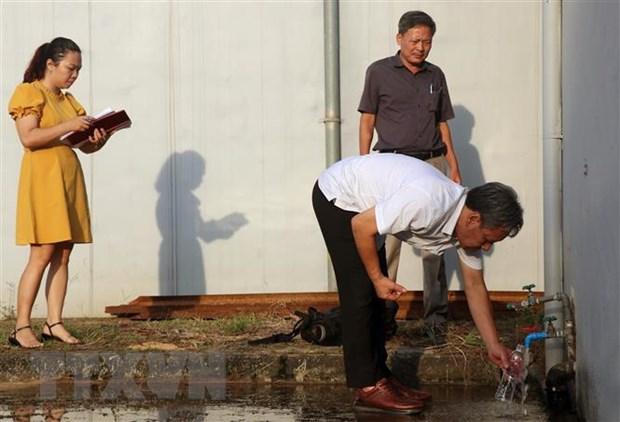 Đoàn kiểm tra liên ngành thành phố Hà Nội lấy mẫu nước tại Công ty Cổ phần Đầu tư nước sạch sông Đà để thực hiện xét nghiệm. (Ảnh TTXVN phát)
