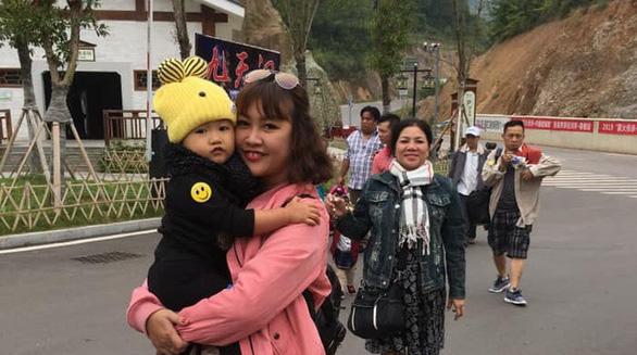 Khách du lịch Việt chụp ảnh lưu niệm tại Trung Quốc - Ảnh: TRƯƠNG HÙNG