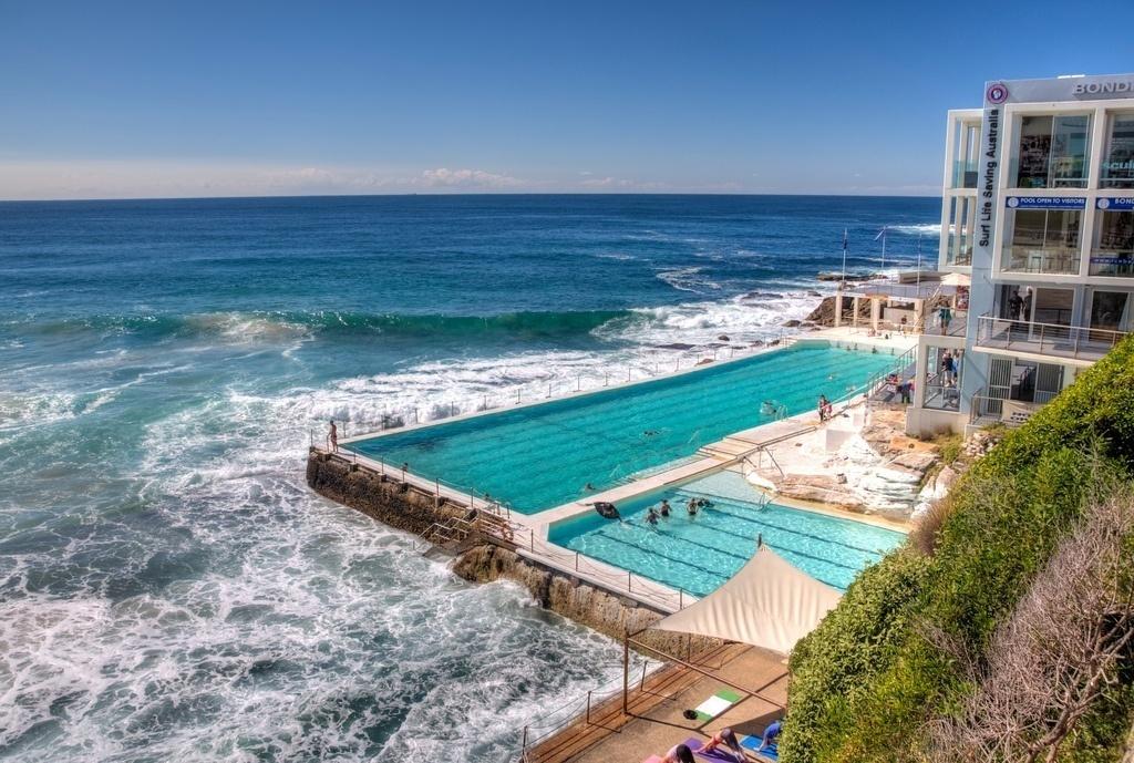 Bondi Icebergs - bể bơi nước biển tự nhiên trên bãi biển Bondi, cách trung tâm Sydney khoảng 8 km.