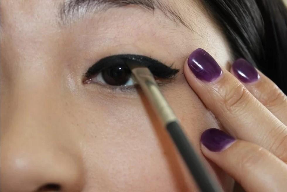 Kẻ mắt bằng mascara  Nếu cây bút kẻ mắt nước bất chợt hết, bạn có thể dùng cọ trang điểm, lấy một chút màu từ mascara và dùng để kẻ viền mắt.