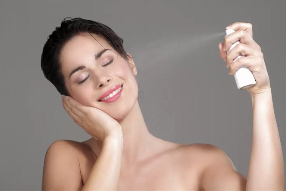 Xịt khoáng để giữ lớp trang điểm  Sản phẩm 'makeup spray' thường được sử dụng sau khi kết thúc các bước trang điểm để giữ cho lớp makeup bền màu hơn. Nếu không muốn tốn tiền cho sản phẩm này, bạn có thể dùng xịt khoáng thay thế.