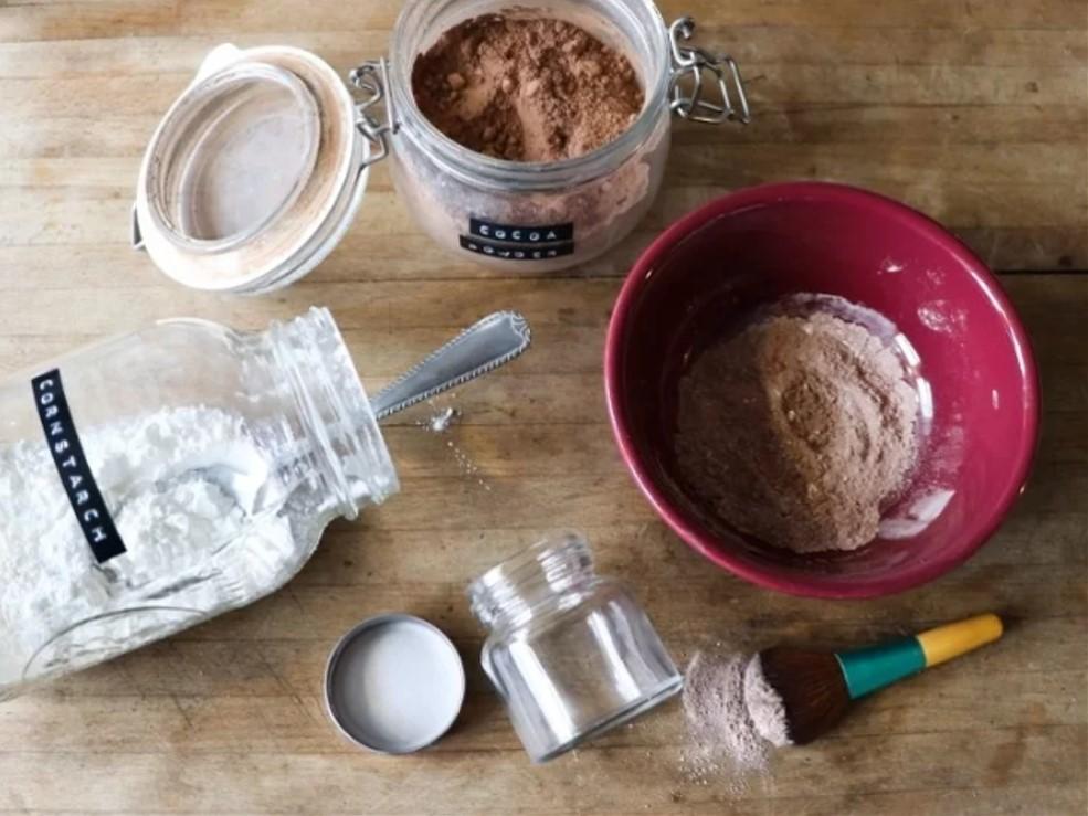 Tự làm dầu gội khô  Thay vì tốn tiền mua dầu gội khô, bạn có thể tự chế sản phẩm có công dụng tương tự từ bột ngô, bột ca cao và một chút tinh dầu.