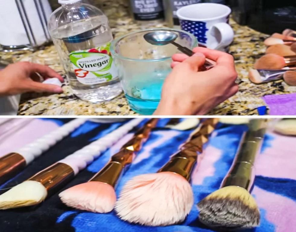 Giặt sạch cọ trang điểm với giấm táo  Trộn 1 thìa nước rửa bát với 1 thìa giấm táo trong bát nước ấm. Ngâm cọ trang điểm vào bát nước vài phút rồi giặt sạch.