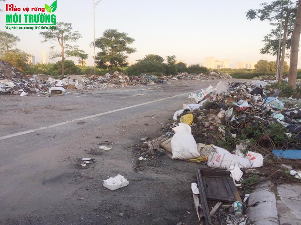 """Tuyến đường được quy hoạch cho mục đích ý nghĩa phục vụ môi trường sống lành mạnh cho người dân trên địa bàn phường Văn Phú đang bị """"xâm lăng"""" bởi rác thải."""