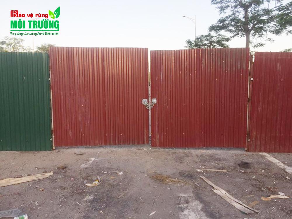 """Hàng rào khóa sơ sài do chính quyền sở tại dựng lên tỏ ra """"bất lực"""" với vấn nạn đổ thải.."""