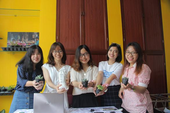 Năm cô gái đến từ Trường ĐH Kinh tế quốc dân Hà Nội thành lập nhóm Green Seed Vietnam theo đuổi lối sống xanh - Ảnh: HÀ THANH