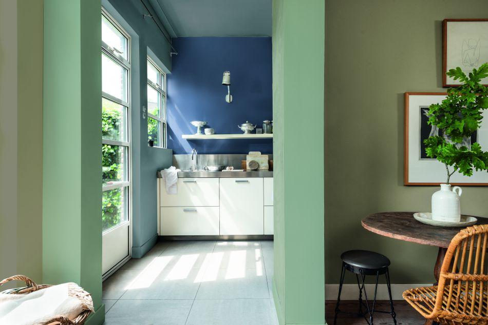Mẹ yêu màu thiên nhiên, thì một căn bếp tông xanh, ở cạnh cửa lớn nhiều ánh sáng và cây xanh sẽ khiến mẹ luôn tràn ngập cảm hứng làm nên những món ăn ngon
