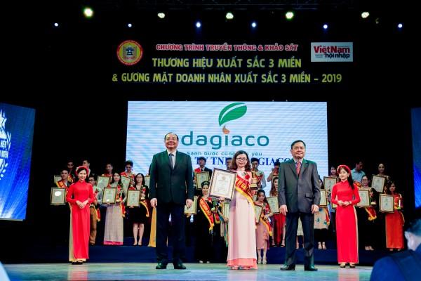 Chị Đặng Thị Như Hà đại diện tinh dầu tràm Dagiafa nhận cúp