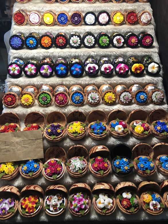 Quầy xà phòng khắc tay đặc sắc - Ảnh: MINH KHÔI