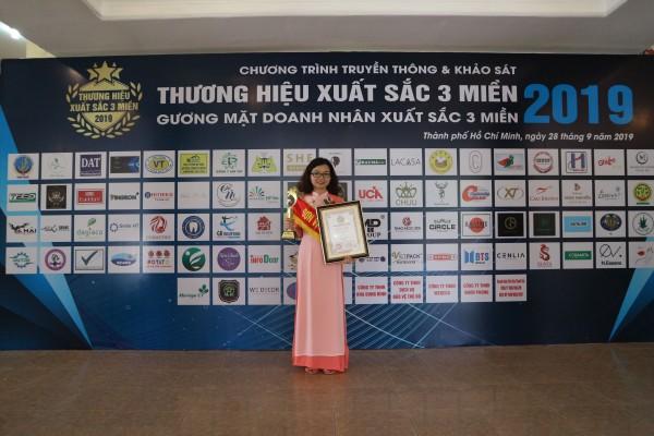 6. Chị Đặng Thị Như Hà đại diện công ty TNHH Dagiaco nhận cúp thương hiệu xuất sắc 3 miền 2019