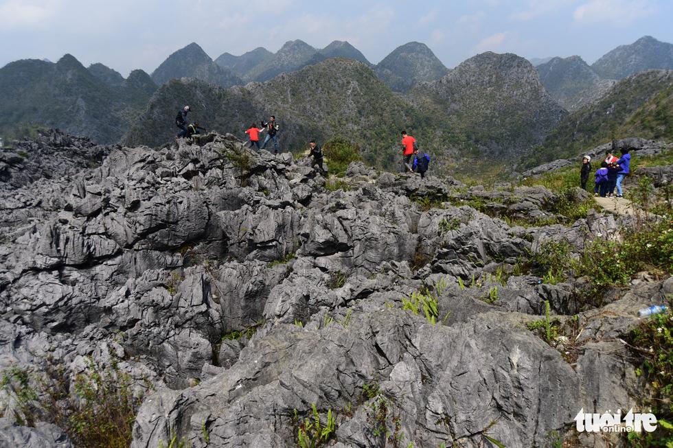 Cao nguyên đá Đồng Văn với nhiều hình khối độc lạ - Ảnh: QUANG ĐỊNH