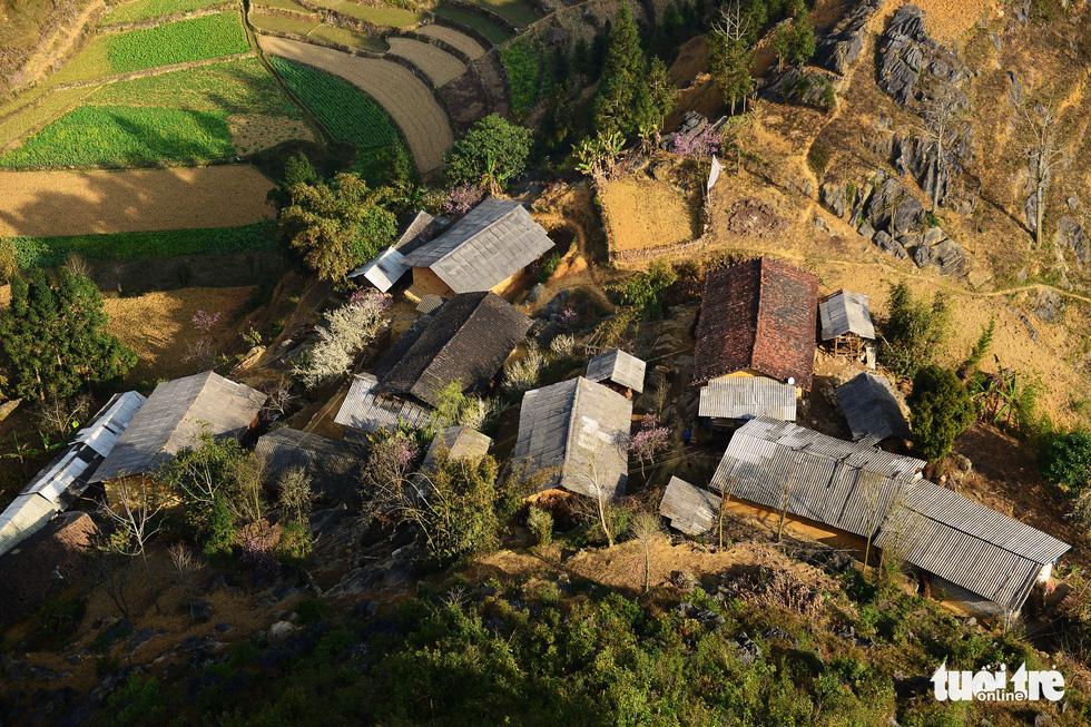 Những ngôi nhà của người dân sống dưới chân cột cờ Lũng Cú - Ảnh: QUANG ĐỊNH
