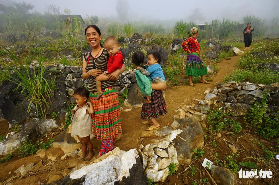 Người dân sống trên cao nguyên đá Đồng Văn - Ảnh: QUANG ĐỊNH