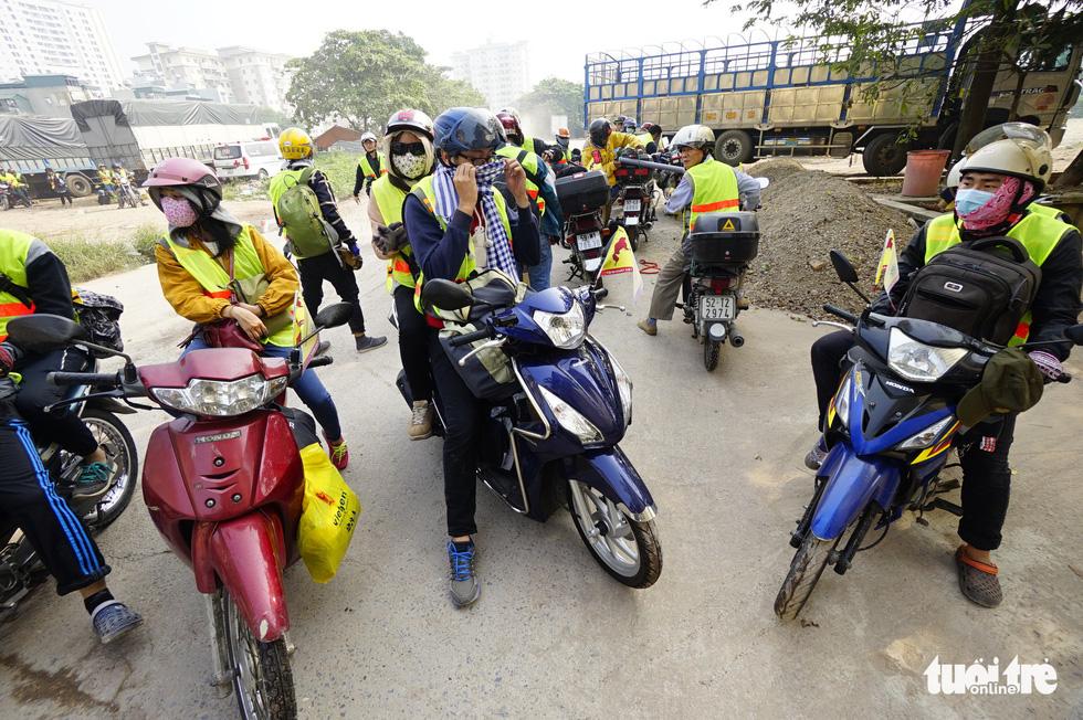 Một nhóm bạn trẻ đi phượt bằng xe máy từ Hà Nội lên Hà Giang - Ảnh: QUANG ĐỊNH