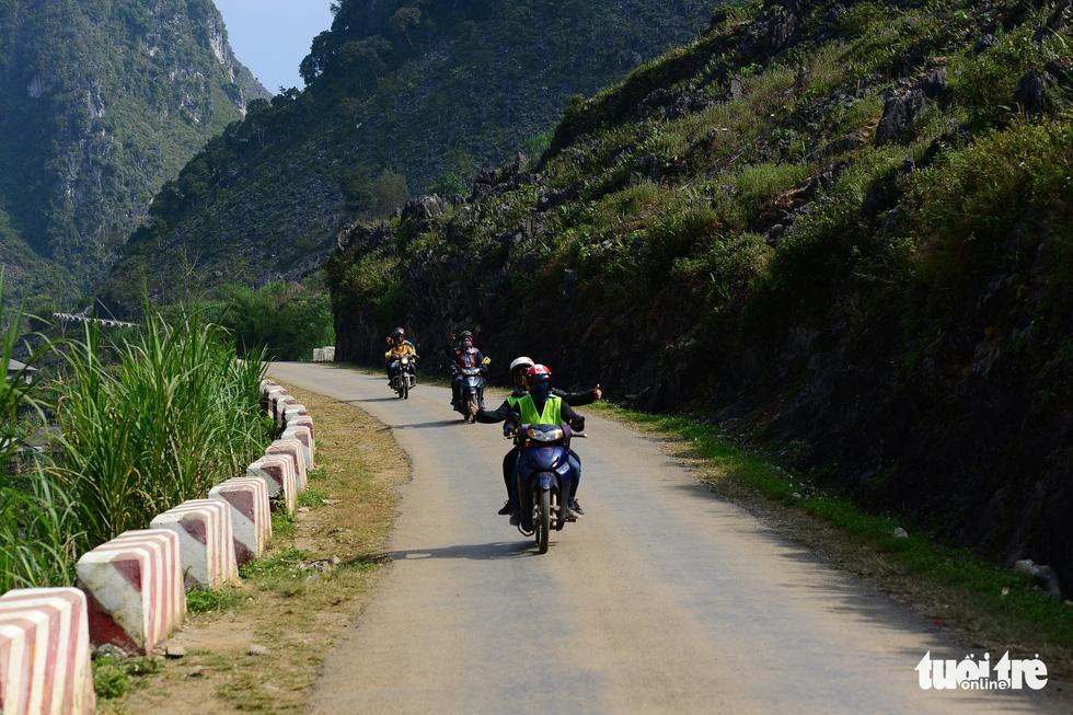 Được cầm tay lái chạy xe trên con đường Hạnh phúc lên Đồng Văn là cảm giác không thể nào quên với dân phượt xe máy - Ảnh: QUANG ĐỊNH